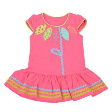 Пъстра рокля с цвете и широк волан в цвят малина
