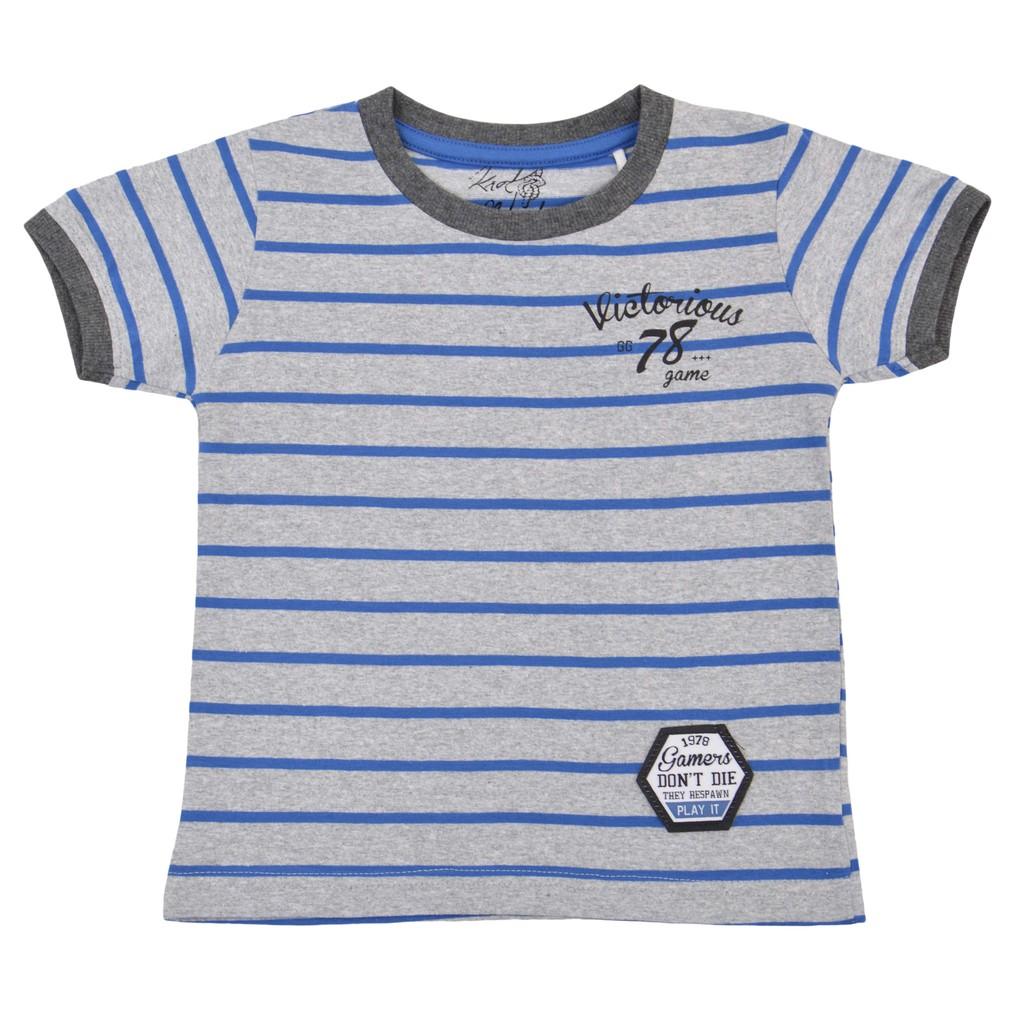 Памучна детска блуза в райе с надпис и емблема синя
