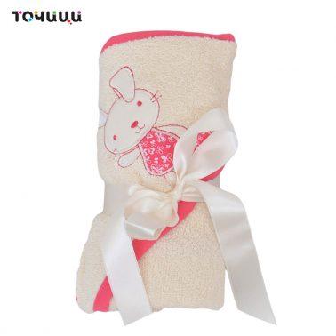 Мека кърпа-хавлия с триъгълна качулка и бродерия мече и кант в розово