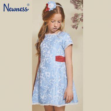 Луксозна рокля Newness в синьо с колан и релефни цветя
