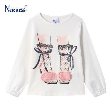 Детска блуза с щампа обувки и пухен акцент в бяло